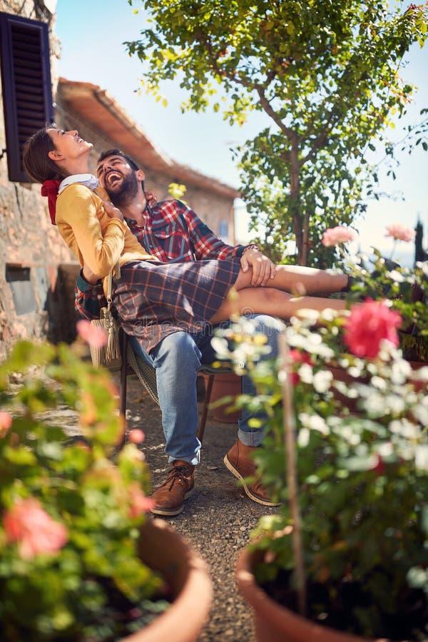Vrolijk mens en meisje die vakantie van tijd genieten stock afbeeldingen