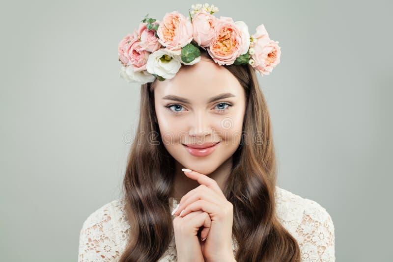 Vrolijk ModelWoman met Krullend Haar, Natuurlijke Make-up en Bloemen, het Portret van de de Lenteschoonheid royalty-vrije stock foto's