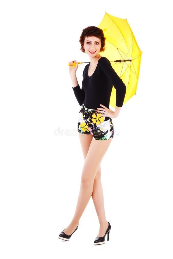 Vrolijk mooi jong meisje met gele paraplu royalty-vrije stock fotografie