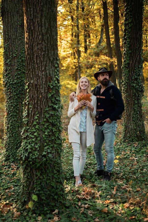 Vrolijk onbezorgd de herfstpaar in park op zonnige dag Portret van mooie vrouw en de mens die in openlucht lopen Manier royalty-vrije stock afbeelding