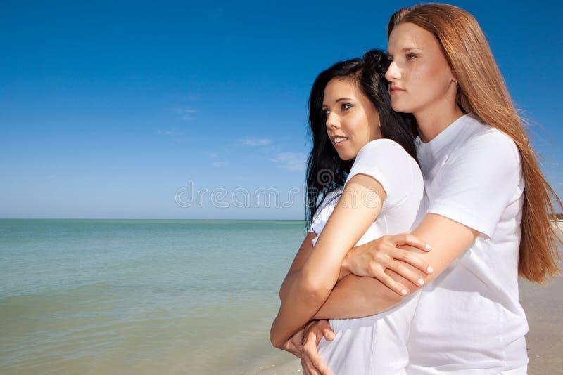 Vrolijk paar bij het strand stock afbeelding