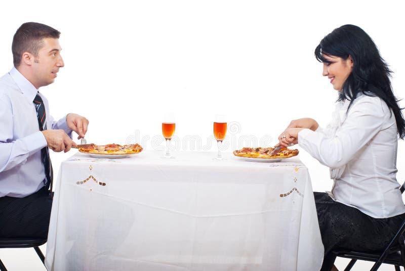 Vrolijk paar dat pizza eet stock fotografie
