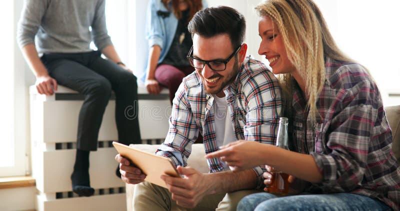 Vrolijk paar die digitale tablet en het glimlachen gebruiken stock foto