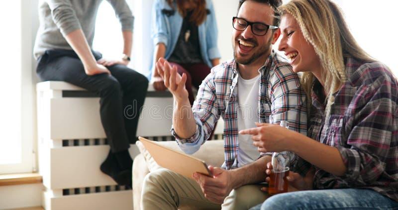 Vrolijk paar die digitale tablet en het glimlachen gebruiken stock afbeelding