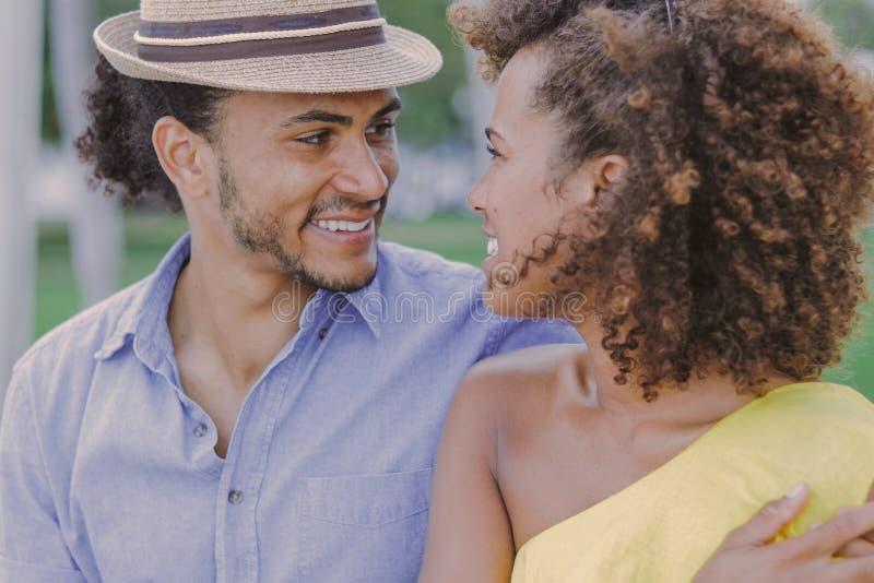 Vrolijk paar die elkaar bekijken royalty-vrije stock fotografie