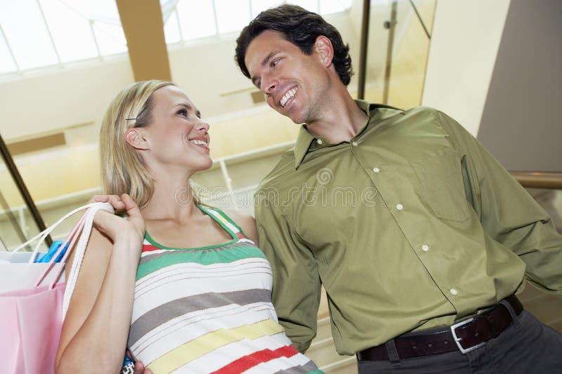 Vrolijk Paar die elkaar in Winkelcomplex bekijken royalty-vrije stock foto's