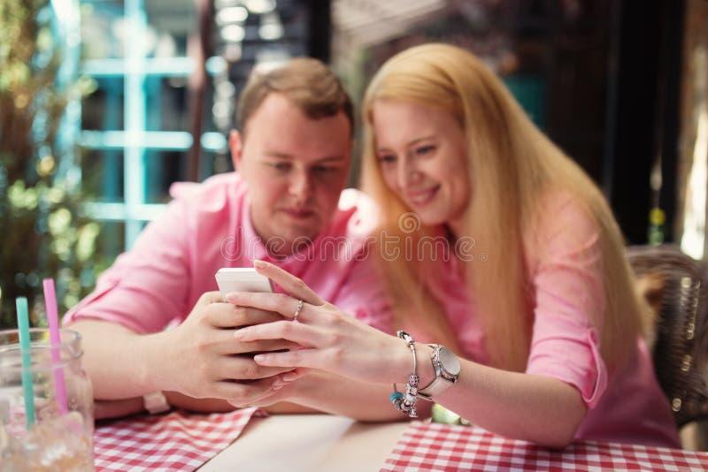 Vrolijk paar die het Web surfen royalty-vrije stock afbeelding