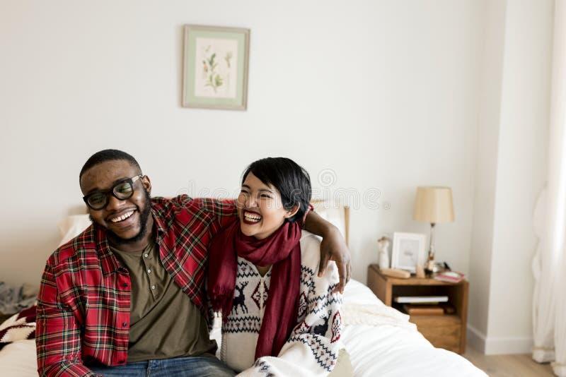 Vrolijk paar die Kerstmis van vakantie genieten royalty-vrije stock foto