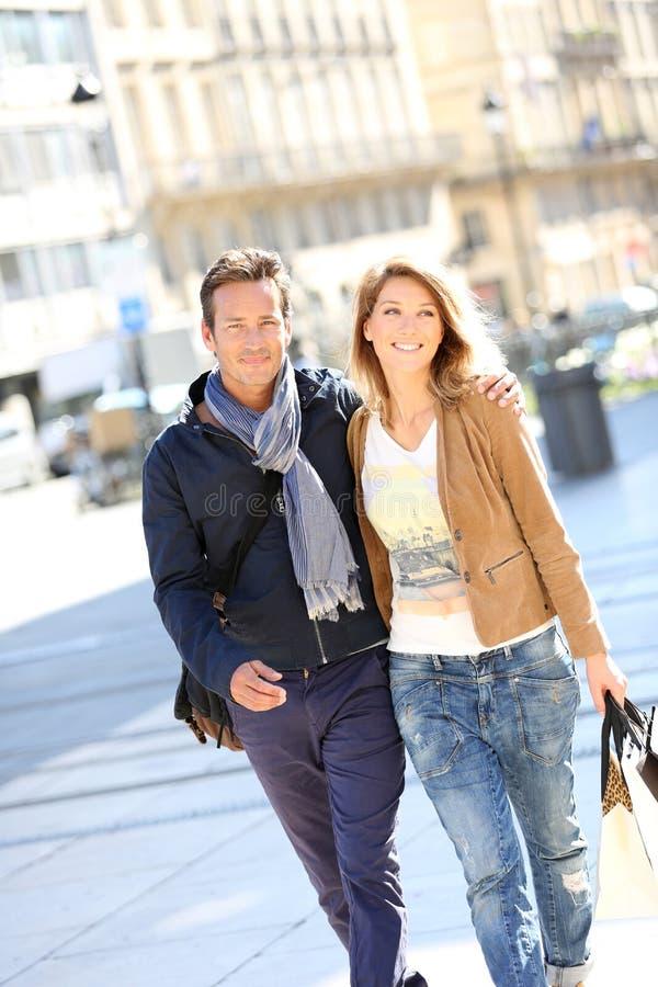 Vrolijk paar die op middelbare leeftijd in openlucht lopen royalty-vrije stock afbeeldingen