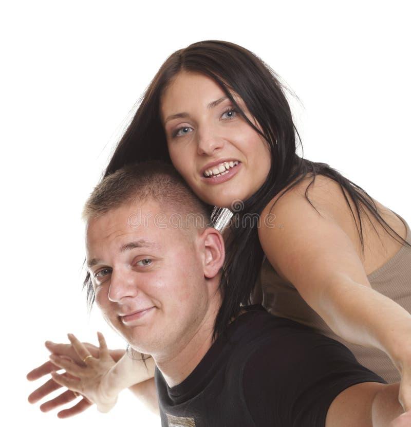 Vrolijk paar die pret het jonge het glimlachen mensen omhelzen hebben royalty-vrije stock afbeelding