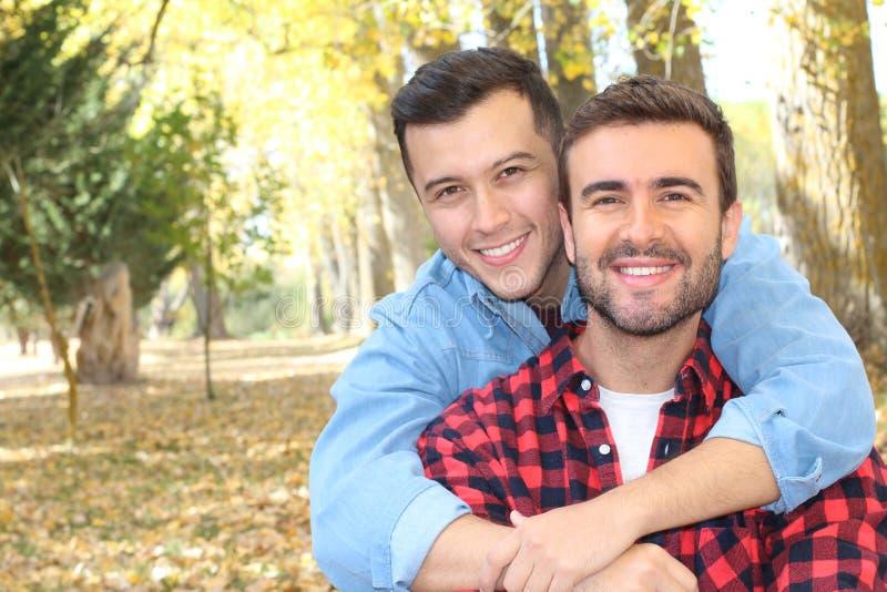 Vrolijk paar die van het park in de herfst genieten stock afbeeldingen