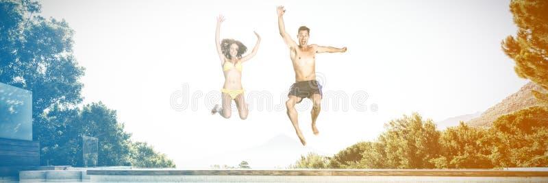 Vrolijk paar die in zwembad springen royalty-vrije stock foto's