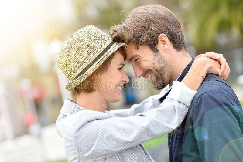 Vrolijk paar in en liefde die omhelzen glimlachen royalty-vrije stock fotografie