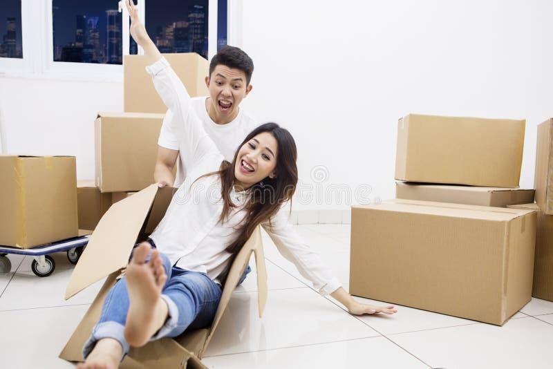 Vrolijk paar met een karton in nieuwe flat royalty-vrije stock foto