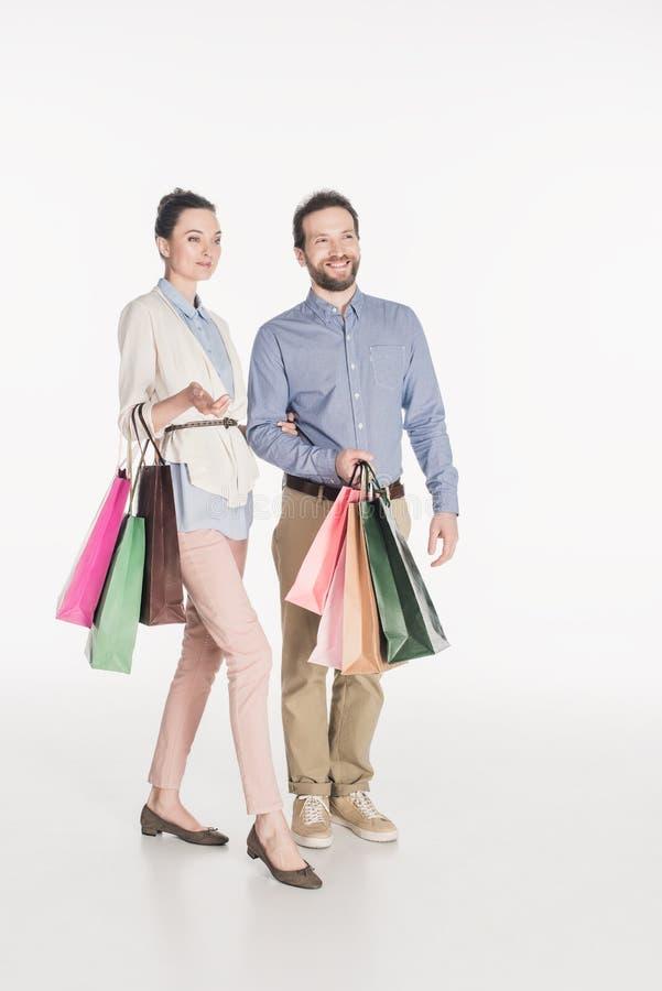 Vrolijk paar met het winkelen zakken royalty-vrije stock afbeelding