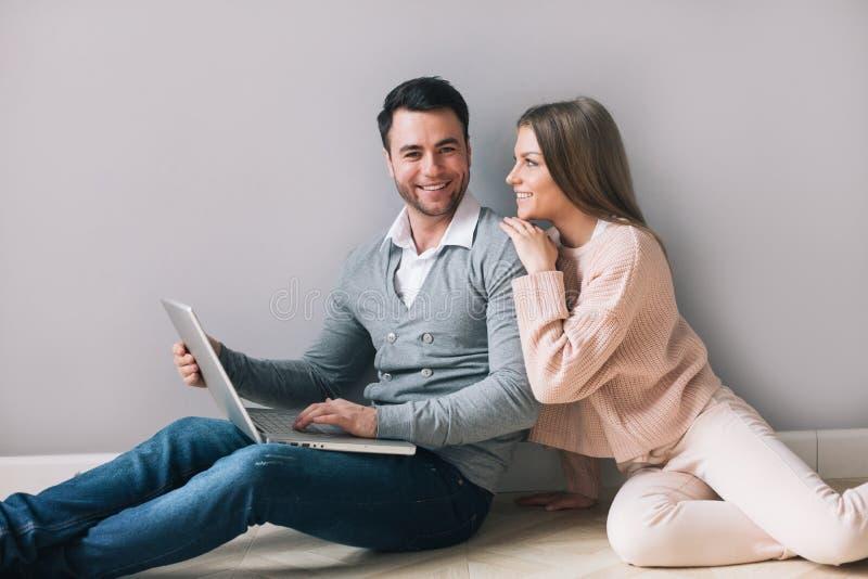 Vrolijk paar met laptop thuis royalty-vrije stock foto's
