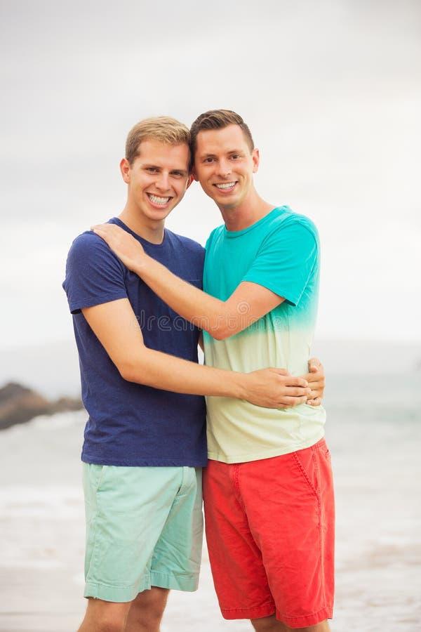 Vrolijk paar op het strand stock foto