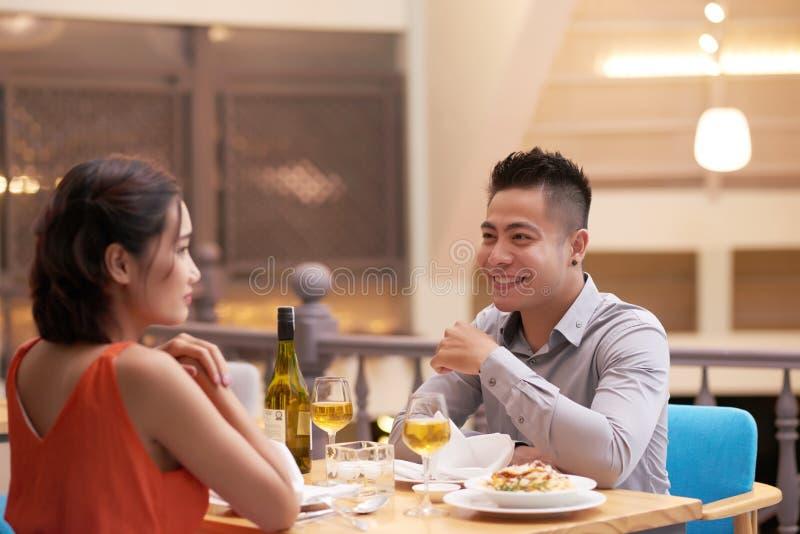 Vrolijk paar in restaurant stock fotografie