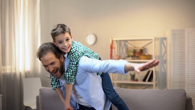 Vrolijk papa en zoons het spelen vliegtuig, gelukkige familieogenblikken, kinderjaren royalty-vrije stock foto