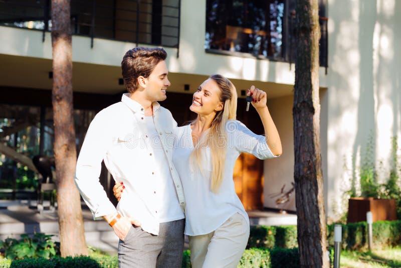 Vrolijk positief echtpaar die een huis kopen stock afbeeldingen