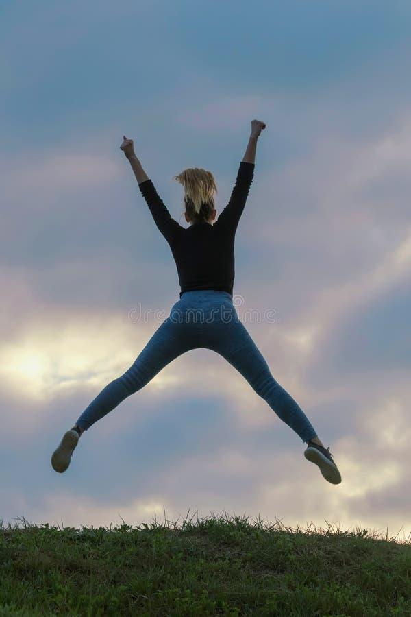Vrolijk Positief Meisje die in de Wolken van de Lucht Openluchtochtend, de Training van de de Zonsopgangochtend van Atletenwoman  stock afbeelding