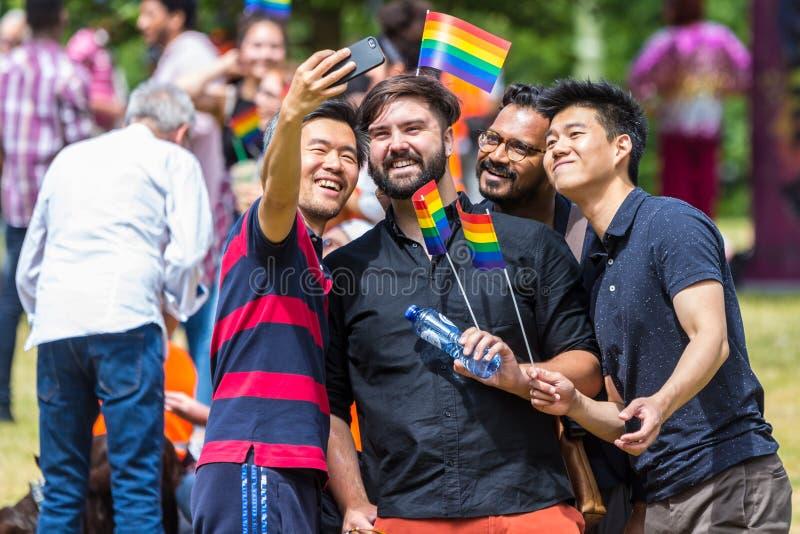 Vrolijk Pride Walkers The Hague die selfie nemen royalty-vrije stock foto's