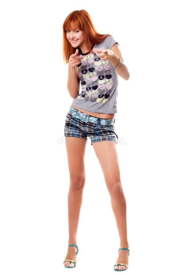 Vrolijk roodharig meisje in een t-shirt stock foto
