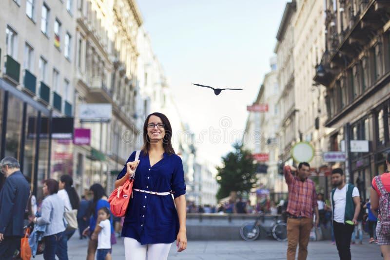 Vrolijk stedelijk meisje bij een stadsstraat royalty-vrije stock foto