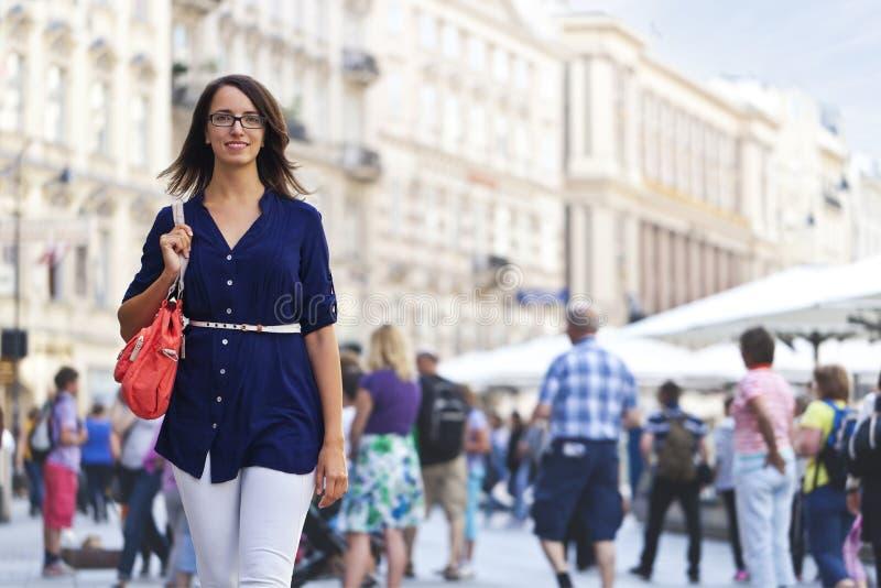 Vrolijk stedelijk meisje bij een stadsstraat royalty-vrije stock afbeelding