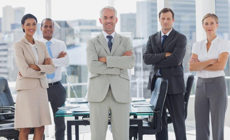 Vrolijk team van bedrijfsmensen die samen stellen royalty-vrije stock afbeeldingen