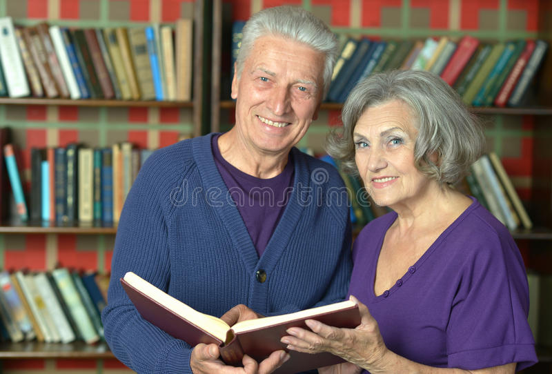 Vrolijk teruggetrokken paar in liefde royalty-vrije stock afbeelding