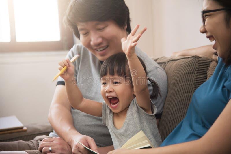 Vrolijk van Aziatische familie met jonge vader, moeder en weinig ki royalty-vrije stock foto