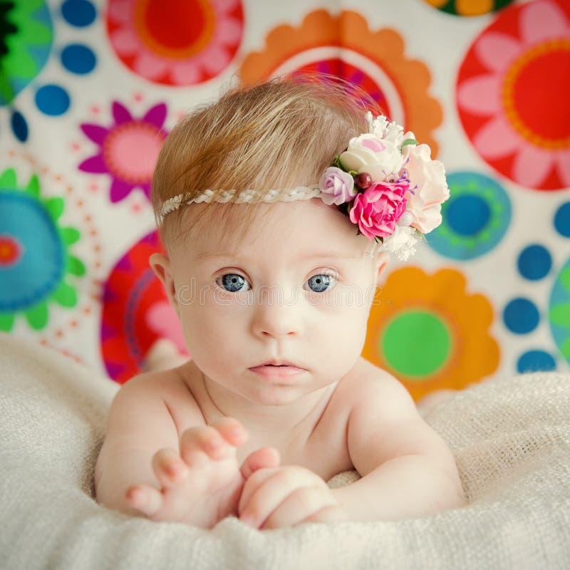 Vrolijk verslaat weinig babymeisje met Syndroom stock afbeelding