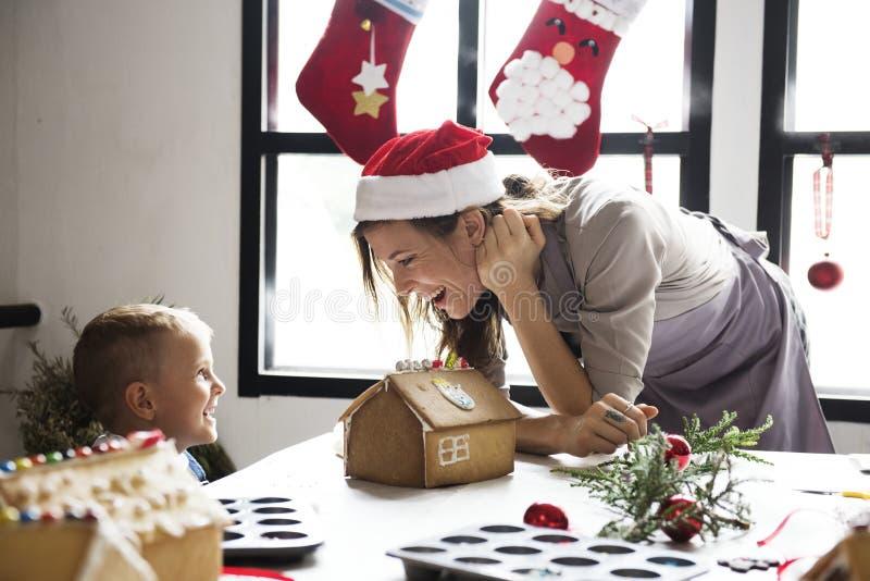 Vrolijk vrouw en jong geitje met Kerstmistijd royalty-vrije stock fotografie