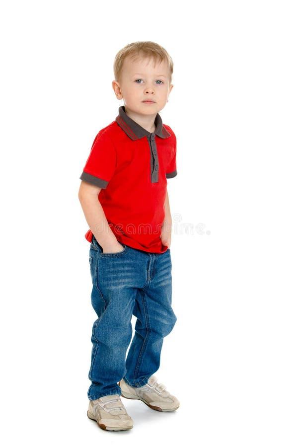 Vrolijk weinig jongen in de rode sweater en de jeans royalty-vrije stock foto