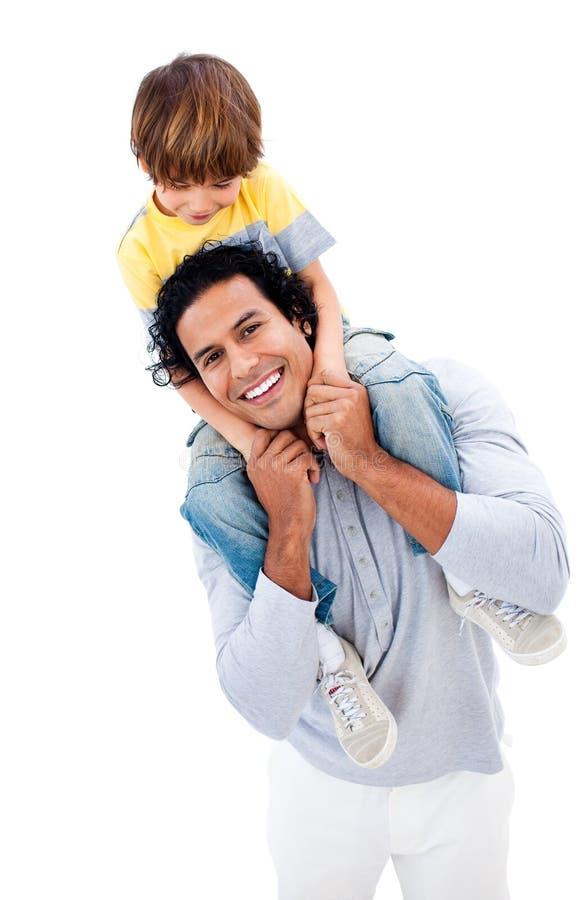 Vrolijk weinig jongen die pret met zijn vader heeft stock afbeelding