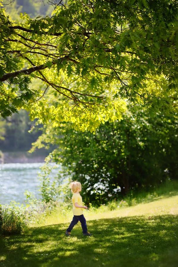 Vrolijk weinig jongen die van warme de zomerdag genieten royalty-vrije stock fotografie