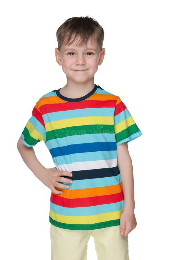 Vrolijk weinig jongen in gestreept overhemd stock afbeelding