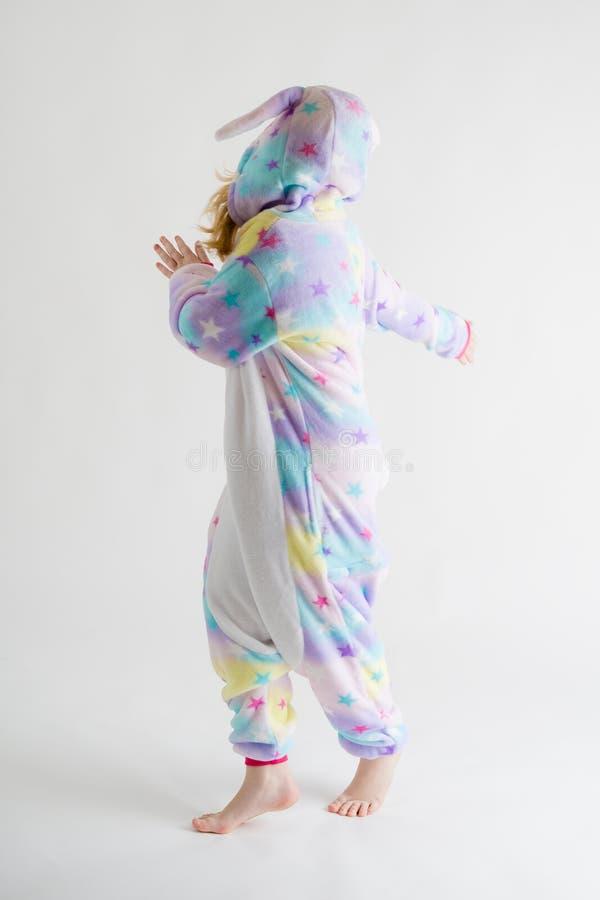 Vrolijk weinig jongen het stellen op een witte achtergrond in pyjama's, blauw haaikostuum royalty-vrije stock fotografie