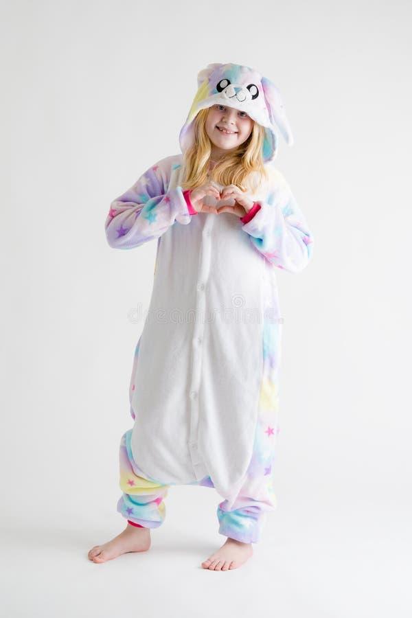 Vrolijk weinig jongen het stellen op een witte achtergrond in pyjama's, blauw haaikostuum royalty-vrije stock afbeeldingen