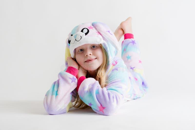 Vrolijk weinig jongen het stellen op een witte achtergrond in pyjama's, blauw haaikostuum royalty-vrije stock foto's