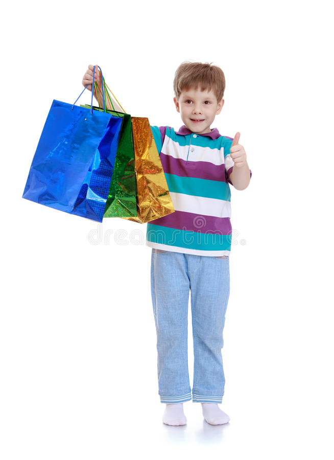 Vrolijk weinig jongen om wat het winkelen te doen stock fotografie