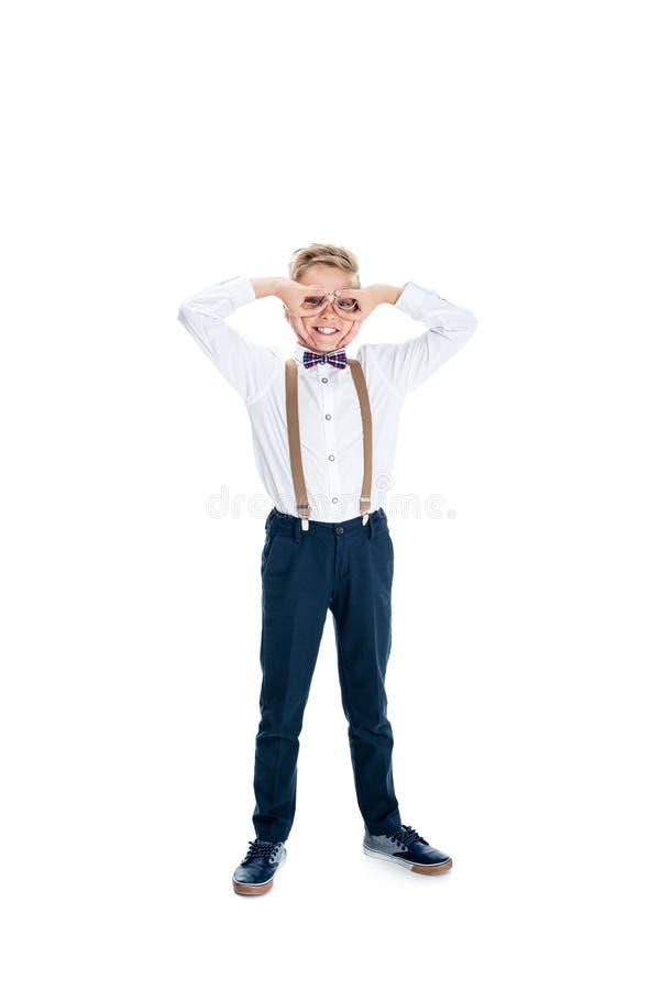 vrolijk weinig jongen in oogglazen die pret hebben en camera bekijken stock fotografie