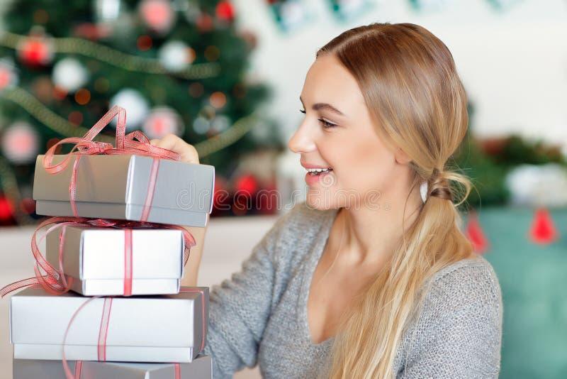 Vrolijk wijfje met Kerstmisgiften stock afbeeldingen