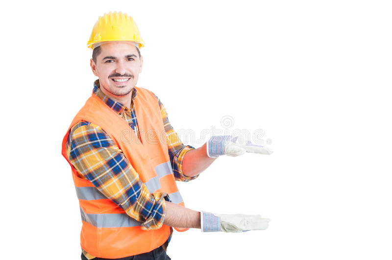 Vrolijke aannemer die iets tonen klein met zijn handen royalty-vrije stock afbeelding