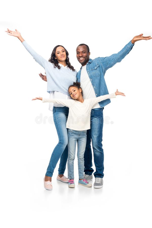 vrolijke Afrikaanse Amerikaanse familie die met open wapens bij camera glimlachen stock afbeelding