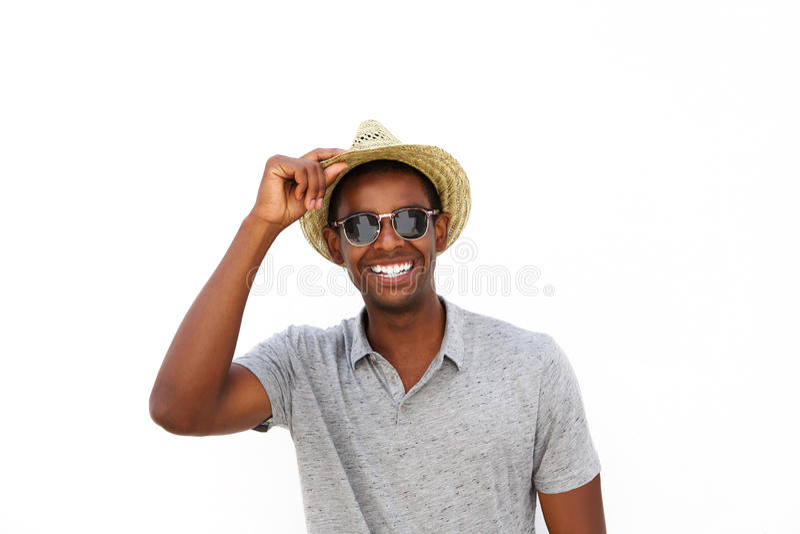 Vrolijke Afrikaanse Amerikaanse kerel die met hoed en zonnebril glimlachen royalty-vrije stock foto's