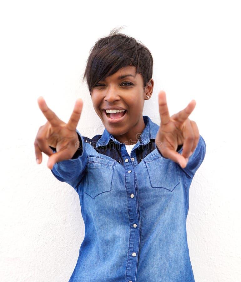 Vrolijke Afrikaanse Amerikaanse vrouw met het teken van de vredeshand royalty-vrije stock afbeeldingen
