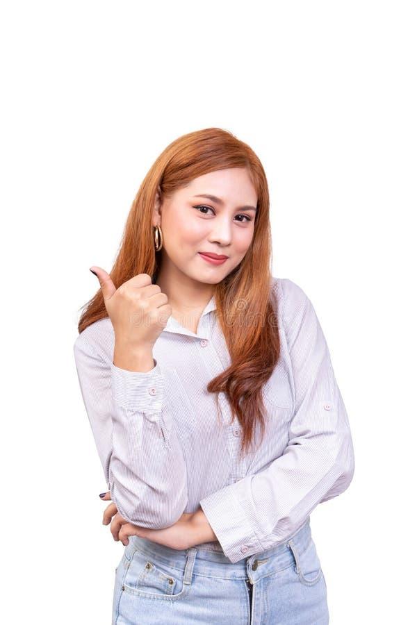 Vrolijke Aziatische vrouw die de camera met gelukkige uitdrukking bekijken duim-omhoog tonend met één hand, kinetisch gedrag voor royalty-vrije stock afbeelding