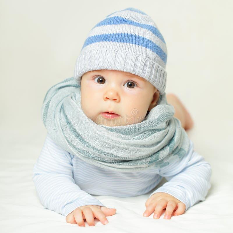 Vrolijke baby in blauw - mooi kind stock afbeeldingen
